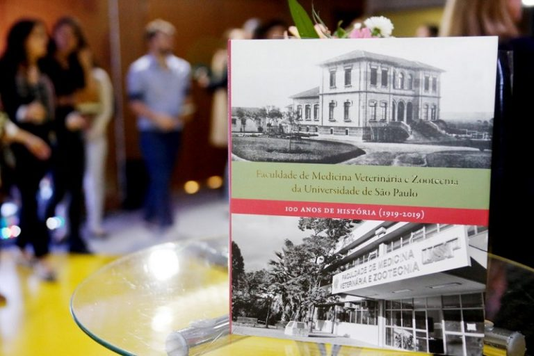 Durante a cerimônia foi realizado o lançamento do livro 100 Anos de História (1919-2019) – Foto: Cecília Bastos/USP Imagens