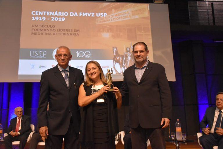 Entre o diretor José Antonio Visintin e o vice José Soares Ferreira Neto, Eliza Tiosse, funcionária da Assistência Acadêmica com mais tempo de serviço